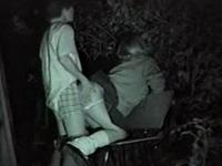 夜の公園で野外セックスしてる高校生カップルを暗視盗撮