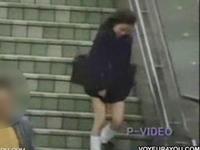 強風でスカートがめくれ上がってパンチラしてる女子校生