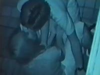 暗闇の中でイチャつくカップルを暗視カメラで撮影