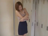 更衣室に隠しカメラを設置して女性の着替えを盗撮