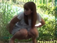 どんなに清楚な女の子でも野外で放尿します