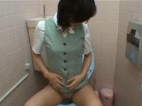 勤務中に女子トイレでオナニーする清楚なOL