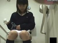 こんな女の子もトイレでオナニー!清楚な黒髪JKがトイレでイク