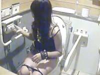女子トイレでおしっこする女の子たち