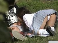 制服女子校生が彼氏のチンポを野外でフェラチオしてたので隠し撮り