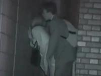 サラリーマンとOLが建物の陰に隠れてセックスしてる