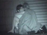 彼女にコートを羽織らせて対面座位しているカップル