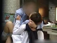 女子校生にコンドームの使い方を実技で教える医師の盗撮動画