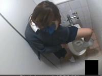 ギャル女子校生がトイレでオナニーしてた