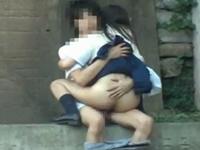 制服女子校生の彼女と青姦セックスしてる男