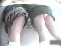 プリクラに夢中になってる女子校生のゆるい股間を逆さ撮り盗撮