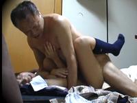 女子校生と強引にセックスするおじさんの援助交際動画