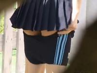 屋外でスクール水着に着替える女子校生を盗撮