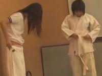 学校の制服から柔道着に着替える女子がかわいい