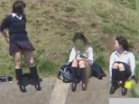 女子校生が集まる河原でカメラを構えて待ち伏せ盗撮