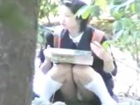 弁当を食べている女子生徒の隙だらけのパンチラを盗撮