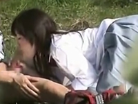 野外で彼氏にフェラチオしてる女子校生をこっそり隠し撮り