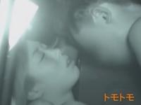 深夜のカーセックス盗撮 狭い車内で腰を密着させるカップル