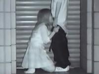 野外フェラチオ盗撮動画 彼氏のペニスを根元まで咥える女子校生