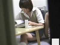 部屋で完全に油断している女子校生の妹の素の姿を盗撮