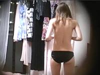 ノーブラでパンツ一丁の姿で過ごす一人暮らしの女子大生を盗撮