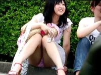 イベント会場で座り込みうっかりパンチラしている可愛い女の子