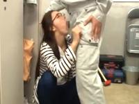 職場の眼鏡人妻は更衣室でフェラチオしてくれる性欲処理嬢