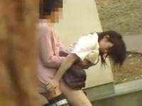 狙ってた女子校生が彼氏におっぱい揉まれながら立ちバックで青姦してた