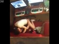 ネットカフェのカップル盗撮 彼氏の上にまたがり対面座位でヘコヘコと腰を振る彼女