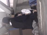廃墟でセックスしてた学生カップルを盗撮 制服を着たままユラユラと彼氏の上で揺れるJK
