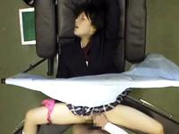 アイドル級美少女の女子校生が産婦人科で声を我慢しながら医師の手マンと中出しで悶絶