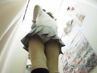 試着室で下着を履き替えるギャル女子校生の大きなお尻がムチムチでエロい