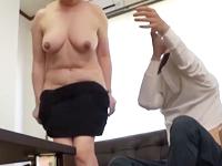 欲求不満だった働くおばさんがあっさりとセックスに持ち込まれて腰を振る