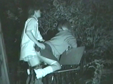 夜の野外で吐息を漏らして静かに交わるカップルを盗撮した名作