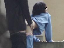 野外でお尻を丸出しにして彼氏にパコられている女子校生を盗撮
