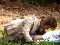 ヤリマンOLは昼休憩に同僚と青姦!野外で股を開くOLたちを盗撮