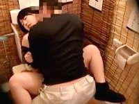 居酒屋のトイレでセックスしている泥酔状態の女子大生を盗撮