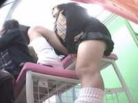 プリクラを楽しむJKのムチムチの脚とミニスカパンチラを逆さ撮り