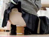 座り込んでる女子校生のスカートをめくってパンツを盗撮する猛者が現れる