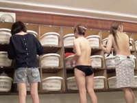 脱衣所で着替える無防備な女性たちを盗撮 女子大生の生々しい身体とお尻を目で犯す