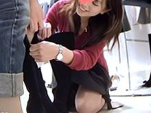 笑顔が可愛い清楚系美人店員のオシャレな膝丈スカートの中
