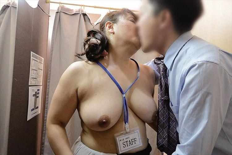 試着室で盗撮した熟女店員15