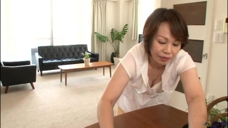 家事中の熟女のパンチラ・胸チラ…11